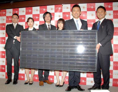 ソーラーリフォームの2012年度新入社員入社式に出席した山本太郎(右から2番目) (C)ORICON DD inc.