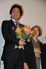 共演の女優陣と観客に紫綬褒章受章を祝福され、笑顔を浮かべる役所広司 (C)ORICON DD inc.