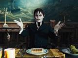 200年の眠りから目覚め、現世に戸惑う吸血鬼・コリンズ(J・デップ)/(C)2012 VILLAGE ROADSHOW FILMS (BVI) LIMITED