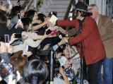 成田空港で握手やサインに応じるジョニー・デップ