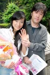 17日午前、東京・港区役所に婚姻届を提出した若山騎一郎&仁美凌 (C)ORICON DD inc.
