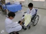 医療の現場を体験する小学生たち