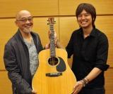 松山千春(左)がギターの名器を三浦祐太朗(右)にプレゼント