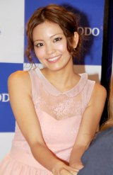 スタイルブック『LOVE Special Secrets of Mikiko Yano』発売記念イベントで握手に応じた矢野未希子 (C)ORICON DD inc.
