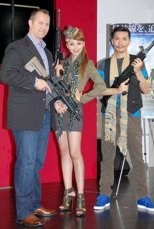 映画『ネイビーシールズ』イベントにゲストとして出席した(左から)本物のネイビーシールズ隊員のローク・デンバー少佐、神田うの、Zeebra (C)ORICON DD inc.