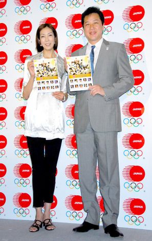 『第30回オリンピック競技大会 日本代表選手団公式記念フレーム切手セット』発売記者発表会に出席した(左から)大林素子、川合俊一 (C)ORICON DD inc.