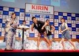 『キリン アイスプラスビール』の新商品発表会で持ちネタ「そんなの関係ねぇ!」を披露した小島よしお (C)ORICON DD inc.