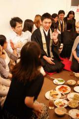 イベント「僧職男子に癒されナイト」で、僧侶を囲んで会話を楽しむ参加者