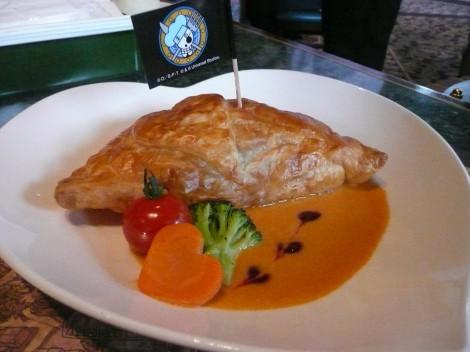 USJできょう7日からスタートするイベント『ワンピース・プレミア・サマー』、昨年好評だった「サンジの海賊レストラン」で提供されるメニュー「サーモンのパイ包み焼き」 (C)ORICON DD inc.