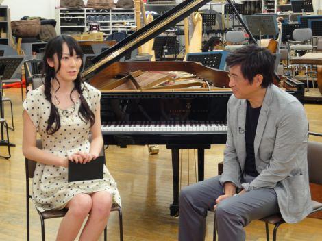 クラシック音楽番組『読響シンフォニックライブ』の新司会者に抜てきされたAKB48・松井咲子(写真左)
