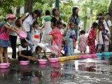 昨年実施された打ち水イベントで楽しそうに水をまく子どもたち