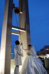 式を挙げたウエディングドレス姿の渡辺久美子(右)と辻谷耕史