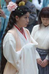 7月22日放送の大河ドラマ『平清盛』「第29回滋子の婚礼」の場面写真。宋の着物を身にまとい宴に出る滋子(成海璃子) (C)NHK