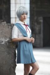 企画展「エヴァンゲリオン×美少女写真展」で綾波レイのコスプレを披露した川島海荷 (C)カラー