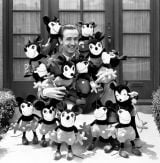 ディズニー社の創始者、ウォルト・ディズニーとミッキーたち(C)Disney