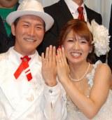 結婚パーティを開いた「収納王子コジマジック」こと小島弘章(39)と杏子夫人(27) (C)ORICON DD inc.
