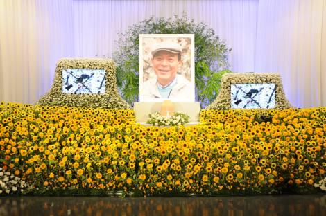 祭壇には笑顔の地井武男さんの写真が飾られた