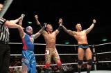 レイ・ミステリオ(左)、ランディ・オートン(右)と共に勝利をアピールするヨシ・タツ (C)2012 WWE, Inc.  All Rights Reserved.