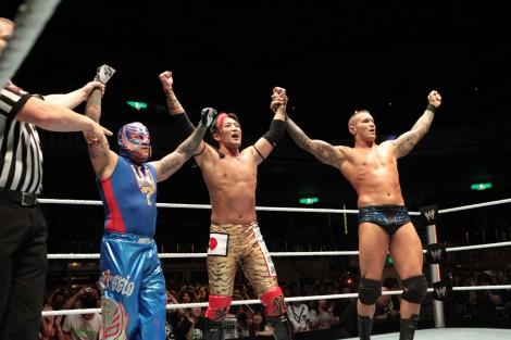 レイ・ミステリオ(左)、ランディ・オートン(右)と共に勝利をアピールするヨシ・タツ 『WWE Presents スマックダウン・ワールドツアー2012』(C)2012 WWE, Inc.  All Rights Reserved.