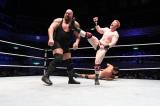 ビッグショーに必殺のブローグ・キックを決めるシェイマス (C)2012 WWE, Inc.  All Rights Reserved.