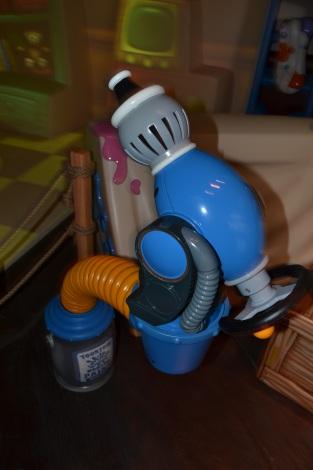 ペンキ噴射装置「トゥーントーン・スプラットマスター」。ペンキはピンク、水色、紫など全部で8色。 (C)ORICON DD inc.
