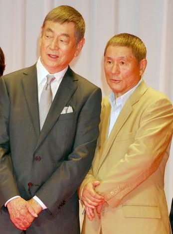 映画『あなたへ』の完成披露試写会で舞台あいさつした高倉健(左)とビートたけし (C)ORICON DD inc.