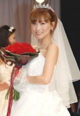 初のウエディングドレス姿を披露した重盛さと美 (C)ORICON DD inc.