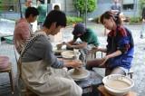 京都精華大学の芸術学部による「ロクロ体験」