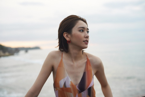 �V�_���ߏ��̃t�@�b�V�����}�K�W���wNYLON JAPAN �~ Yui Aragaki Fashion Photo Magazine�x�̎�^�J�b�g�@ �iC�j�J�G����