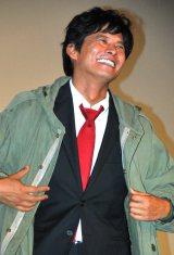 映画『踊る大捜査線  THE  FINAL  新たなる希望』公開初日舞台あいさつでコートを生着衣する織田裕二 (C)ORICON DD inc.