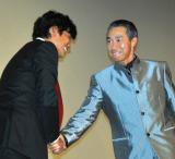 映画『踊る大捜査線  THE  FINAL  新たなる希望』公開初日舞台あいさつに出席した(左から)織田裕二と柳葉敏郎による握手 (C)ORICON DD inc.