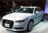 アウディが日本で初めて投入するハイブリッドカー『Audi A6 hybrid』と大喜多寛アウディ・ジャパン社長 (C)ORICON DD inc.