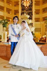 プリンセス・シンデレラとチャーミング王子をイメージした衣装を身にまとい式を挙げた新郎新婦 (C)ORICON DD inc.
