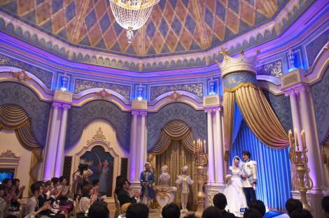 シンデレラ城内で行われた挙式の様子(C)Disney