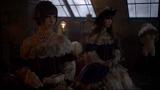 フランス人形風の篠田麻里子、小嶋陽菜(左から)