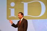 冬モデル発表会にてMasterCard Worldwideと業務提携を発表した社長の加藤薫氏 (C)ORICON DD inc.