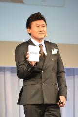 会見に発表した三木谷社長 手に持っているのは『kobo glo』 (C)ORICON DD inc.