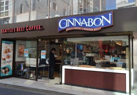 再上陸する『シナボン』1号店(東京都港区)では、甘い香りに誘われ多くの人が足を止めていた (C)ORICON DD inc.