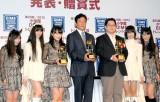情報誌『DIME』が選ぶ「小学館DIMEトレンド大賞」の発表・贈賞式に出席したNHN Japanの舛田淳氏(右から3番目)、栗山英樹監督(中央)、ももいろクローバーZ (C)ORICON DD inc.