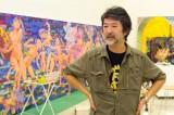 若い世代から圧倒的支持を得ている現代アートの鬼才・会田誠(バックは制作中の新作「ジャンブル・オブ・100 フラワーズ」)