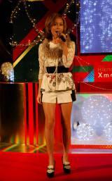 """プレゼントを積み上げた""""クリスマスツリー""""の前で熱唱したBENI (C)ORICON DD inc."""