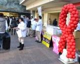 【イベントの様子】エイズ予防啓発グッズを配布するボランティアスタッフ (C)ORICON DD inc.