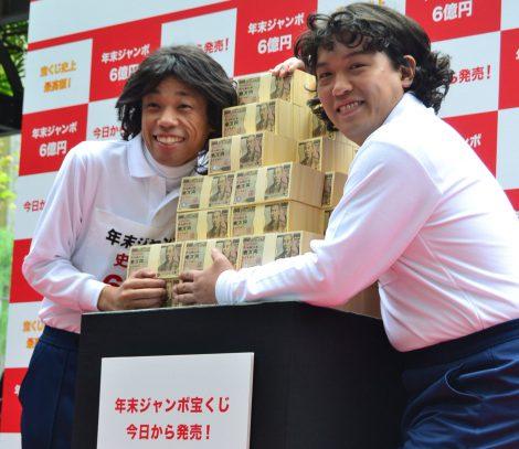 「年末ジャンボ宝くじ」の発売イベントに登場したお笑いコンビ・COWCOW