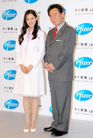 ファイザーの禁煙治療啓発新CM記者発表会に出席した(左から)小西真奈美、東尾修氏 (C)ORICON DD inc.