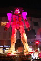 【ガンダム立像ライトアップ WINTER Ver.】レッドにライトアップされるガンダム (C)創通・サンライズ