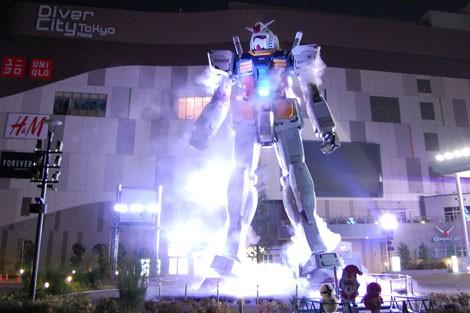 【GUNDAM STAND ATOP TOKYO WINTER Ver.】スモークを上げるガンダム (C)創通・サンライズ