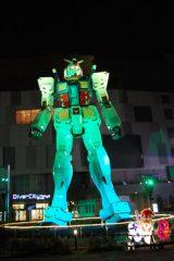 【ガンダム立像ライトアップ WINTER Ver.】グリーンにライトアップされるガンダム (C)創通・サンライズ