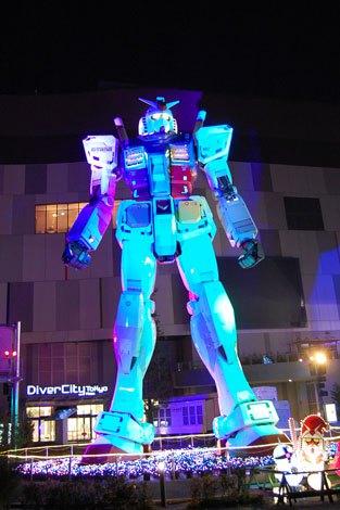 【ガンダム立像ライトアップ WINTER Ver.】ブルーにライトアップされるガンダム (C)創通・サンライズ