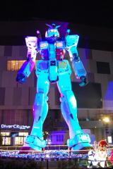 【ガンダム立像ライトアップ WINTER Ver.】胸のパーツが光っている (C)創通・サンライズ