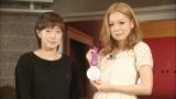 ロンドン五輪・卓球女子団体で銀メダルを獲得した石川佳純(左)とその銀メダルを手に持つ歌手・西野カナ(左)(C)テレビ東京